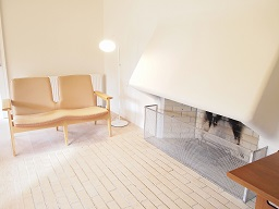 左官仕上げの壁には暖炉が。