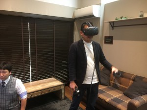 VRを体感するタイセイホームの大崎社長(笑