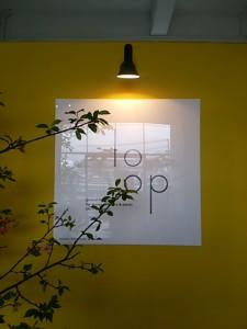 入口を入ると、鮮やかな黄色い壁に迎えられました♪