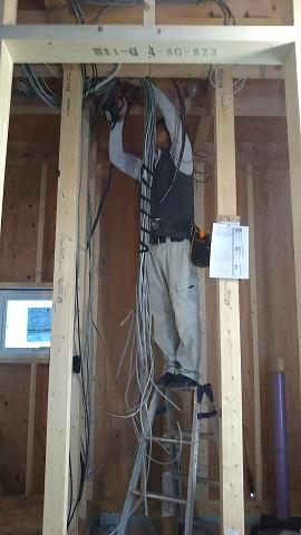 配線工事の作業が着々と。