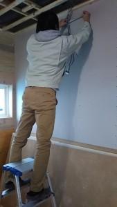 壁や床に取り付け位置を記します