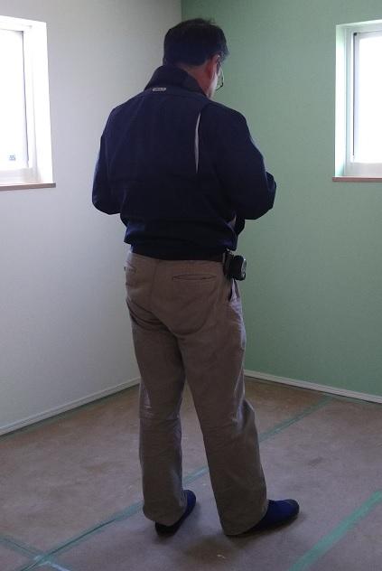 検査員さんが図面と照らし合わせ現場をチェック。