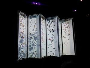 屏風型の水槽には、切り絵のような柄が浮かび上がります