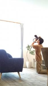 シーリングファンが回る吹抜を撮影中。